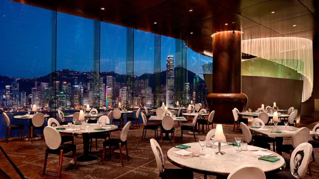 為香港半島酒店所設計的「Felix Bar」,散發奢華氣息。pic via The Peninsula Hong Kong