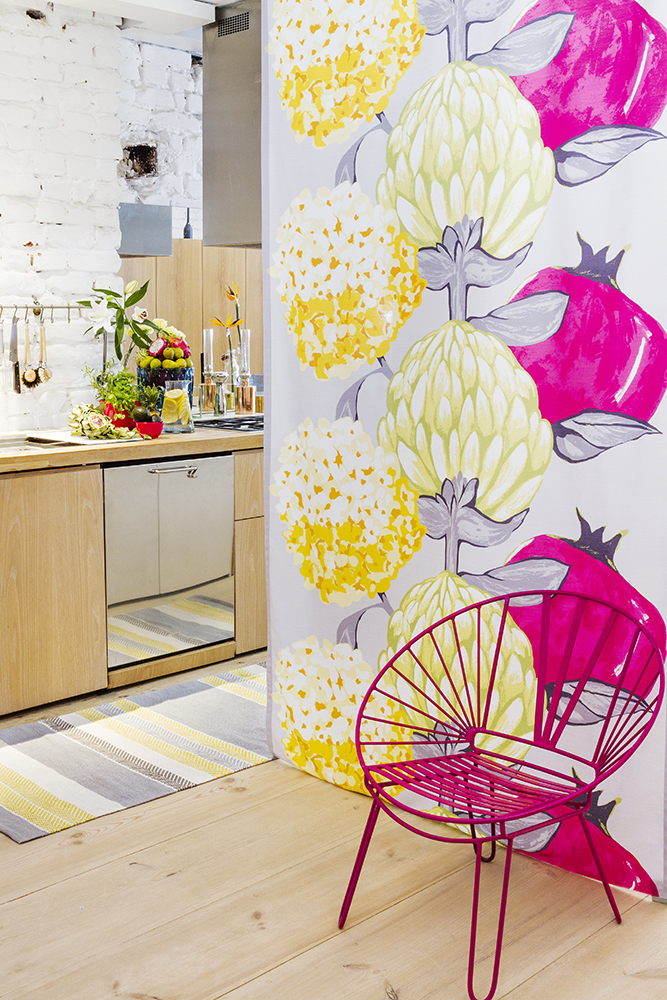 Vallila_SS15_Artisokka_fuxia_curtain_and_Marjaniemi_yellow_rug_photographerVernaKovanen