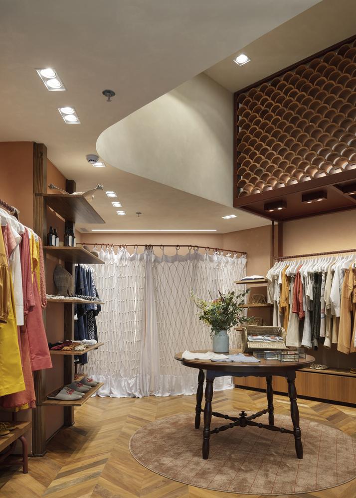 messina | rivas,紅磚材料,服飾店設計,挑高,小空間,橘紅色調