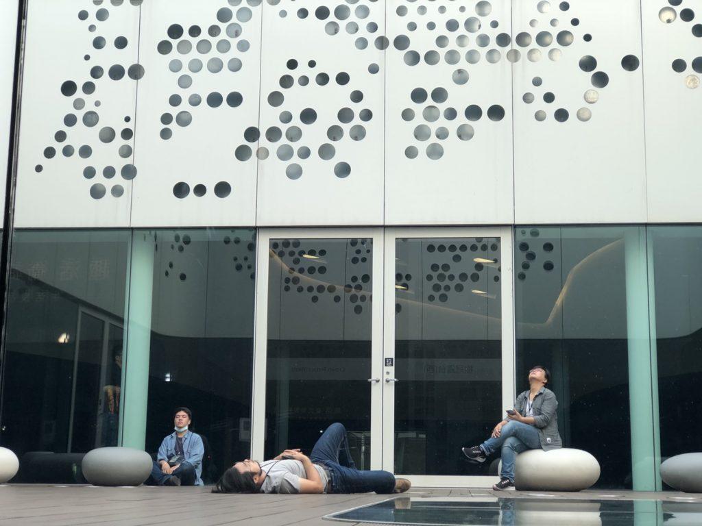 楊士毅與團隊夥伴在露台內思考創作靈感。