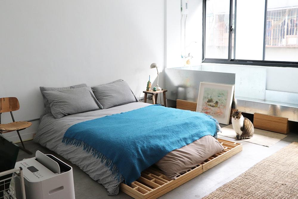 採光良好的窗邊是率性俐落的白鐵浴池,以及舒適的床鋪。攝影/林嘉柔